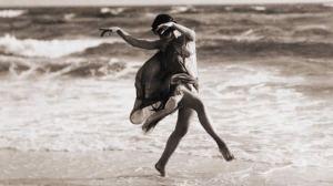 Isadora Duncan bailando junto al mar