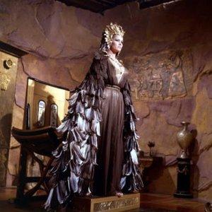Ayesha, antes de dictar justicia, en las grutas de Kor, en la versión de Úrsula Andre