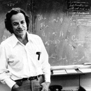 Richard Feynman, impartiendo una de sus clases magistrales